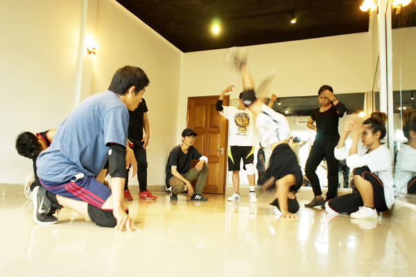 カンボジアでダンスを頑張る若者たちに・・・